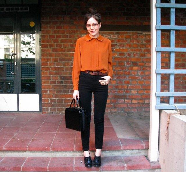 Chiffongblus med svarta slim fit-jeans med hög midja