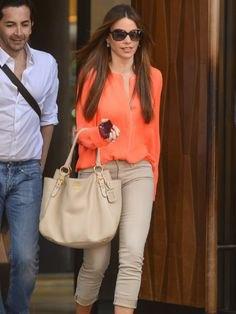 Orange chiffongblus med ljusgrön slim fit-jeans med muddar