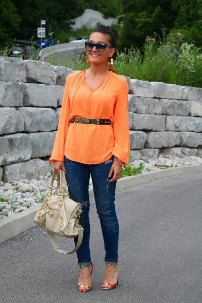 Långärmad blus med bälte och mörkblå jeans med smal passform