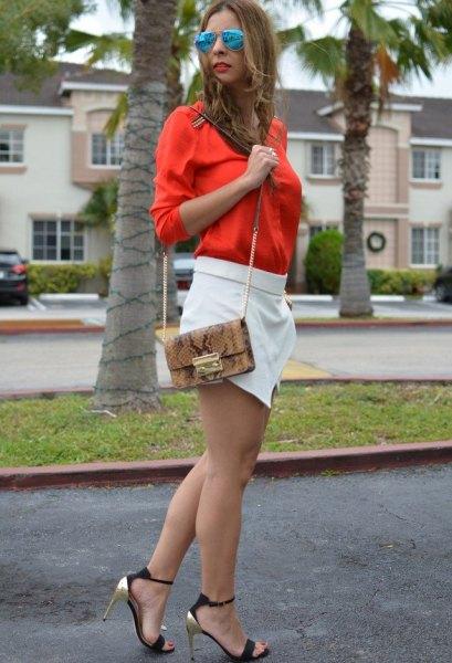 ljus orange skjorta med knapp och vit miniskort