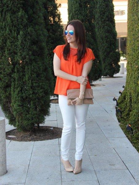 orange kortärmad blus med vita slim fit-jeans
