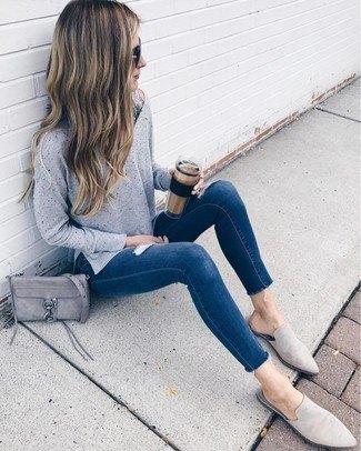 Stickad tröja med mörkblå skinny jeans och grå mockaskor