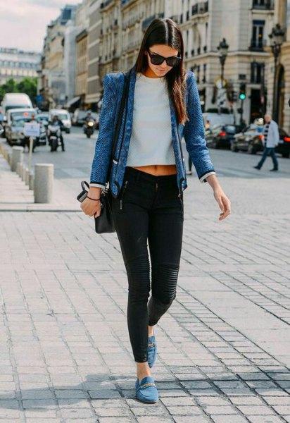 blå jeansjacka med vit kort t-shirt och grå mockaskor