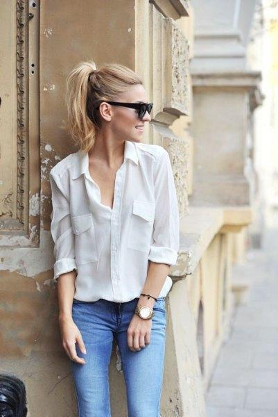 vit skjorta med knapp fram och ljusblå jeans