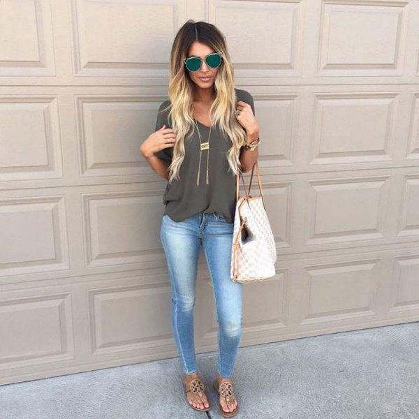grå chiffongblus med V-ringning, smala jeans och kala sandaler