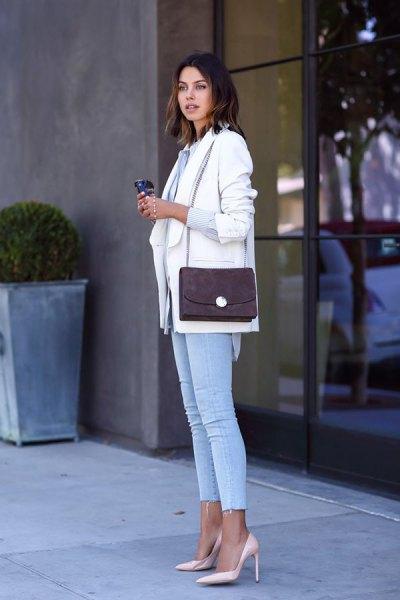 vit kavaj med ljusblå skinny jeans och rosa klackar
