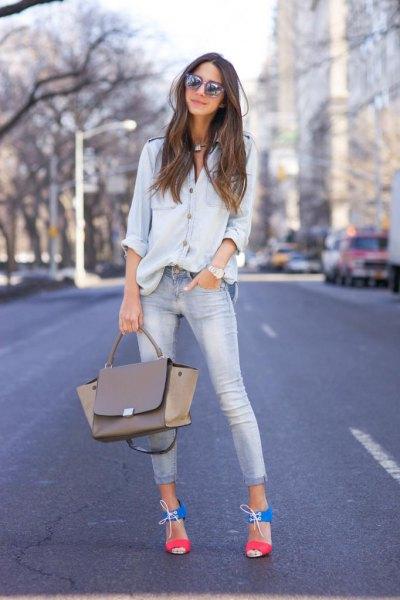 Chambray-skjorta med knappar och ljusblå skinny jeans med muddar