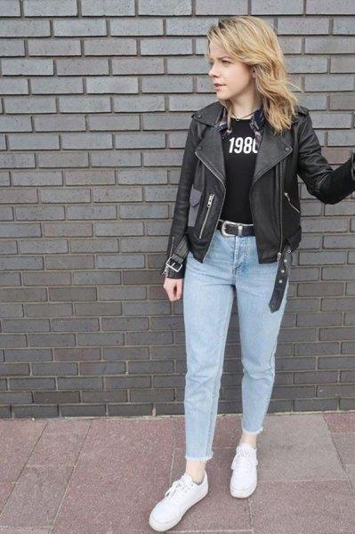 svart läderjacka med tryckt T-shirt och ljusblå mamma-jeans