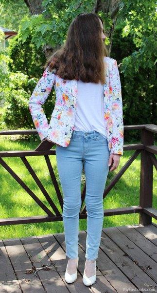 vit kavaj med blommönster och lätta smala jeans