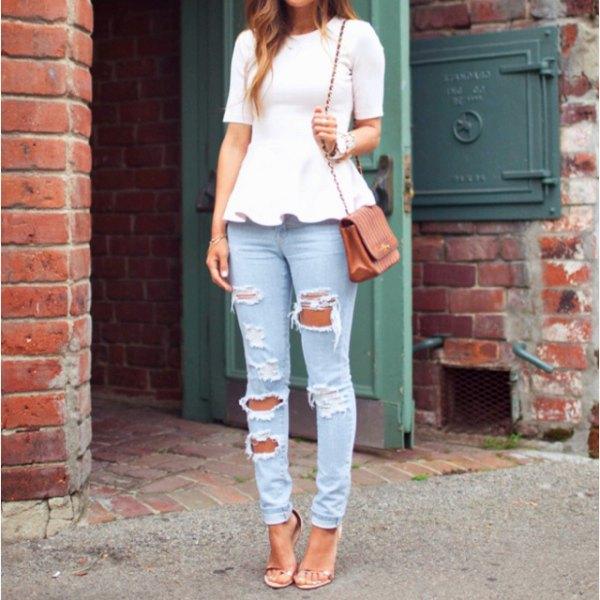 vit kortärmad peplumtopp med rippade ljusblå jeans