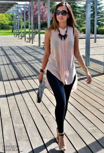 Ljusrosa, halvtransparent, ärmlös chiffongskjorta med svarta leggings