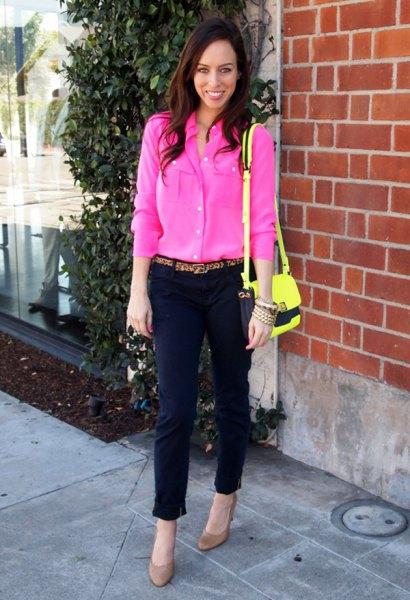 rosa blus med svarta, korta chinos