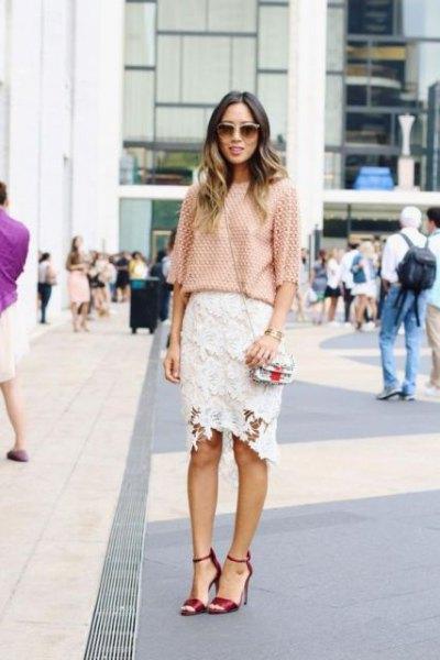 Virkad blus med halva ärmar och vit midi spets kjol