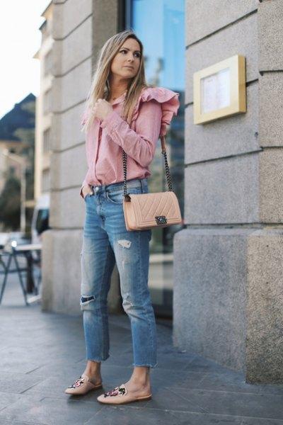 Skjorta med rosa volang axlar och korta jeans