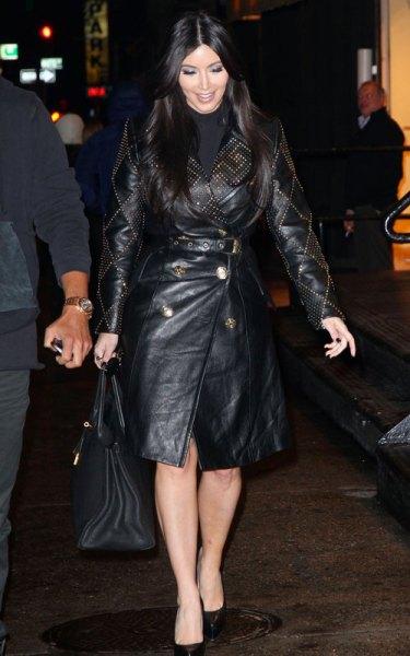 svart trenchcoat med långt läderbälte