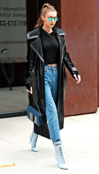svart, beskuren, passande tröja och mamma jeans med manschetter