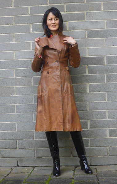 trenchcoat i brunt läder med rosa tröja i mockhals
