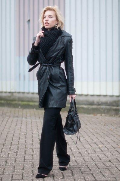 Läder trenchcoat med bälte, svart halsduk och tröja