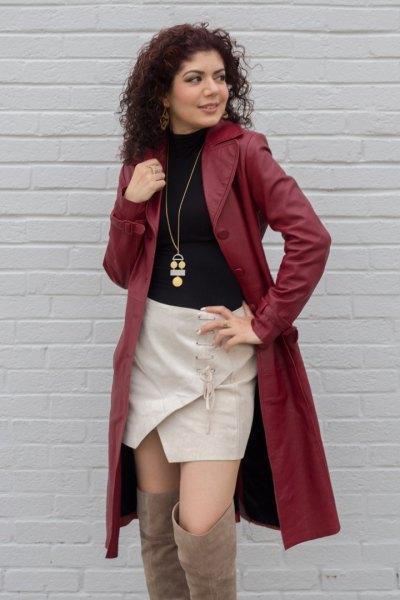 trenchcoat i brunt läder med svart tröja och rosa skort