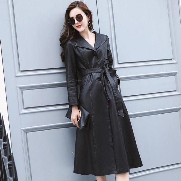 svart trenchcoatklänning med bälte och ankelstövlar