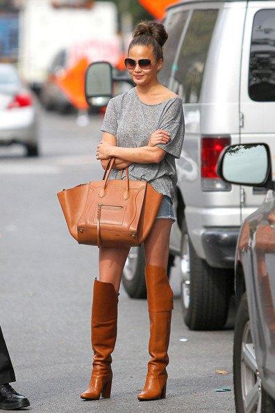 bruna stövlar grå t-shirt jeansshorts