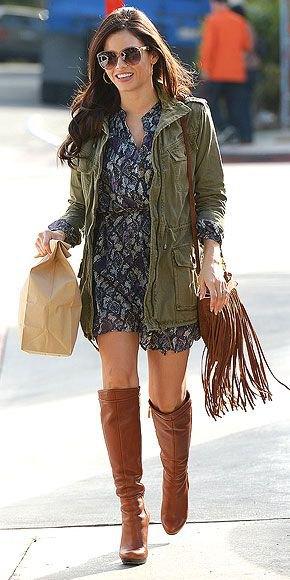 brun lång läderjacka grå tryckt miniklänning