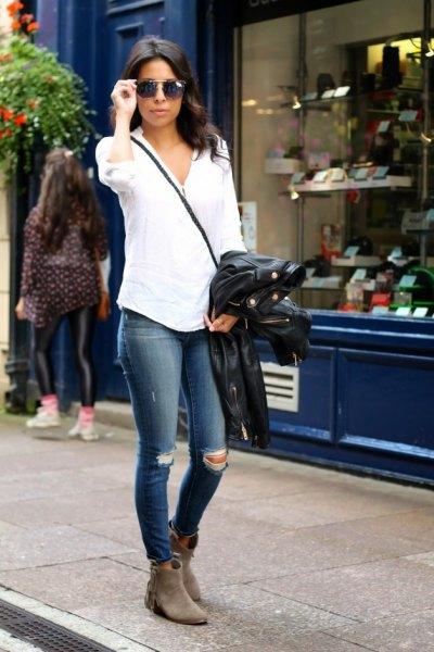 vit skjorta med knappar och mörkblå skinny jeans