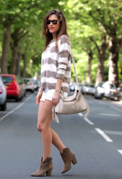 grå och vit, bred randig tröja med mini shorts