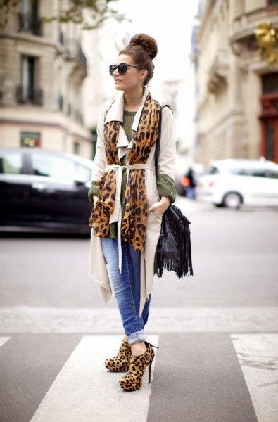 vit långärmad kavaj med bälte och klackar med leopardtryck