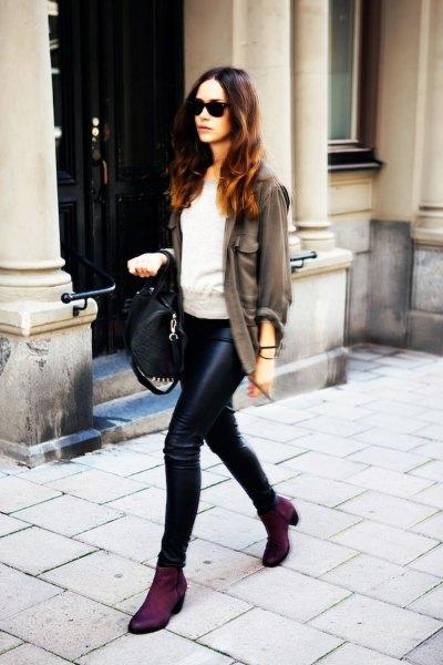 grå kavaj med grå sweatshirt och läderjackor