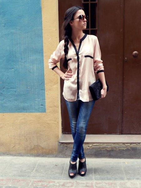 vit chiffongblus med knappar, mörkblå jeans och öppna fotkängor