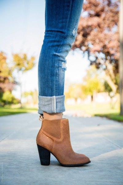 blå skinny jeans med manschetter och bruna stövlar i läder