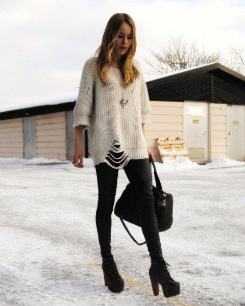 vit, trasig, tjock tröja med svarta skinny jeans