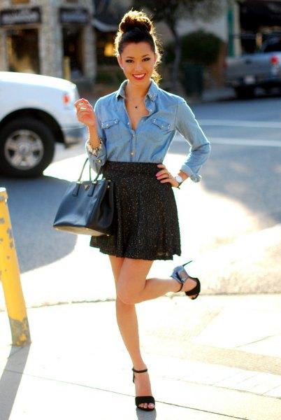 ljusblå chambrayskjorta med knappar och svart minikjol