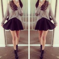 svart och vit randig långärmad kort t-shirt med minirater kjol med hög midja