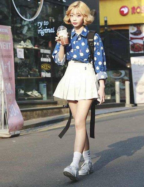 blå och vit tryckt skjorta med veckad kjol