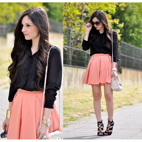 svart skjorta med knappar och ljus orange minirater kjol