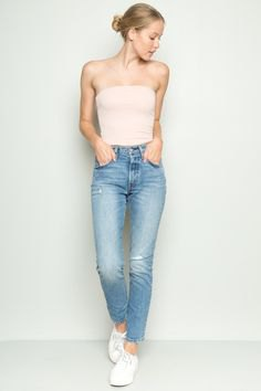 vit axelbandslös tubtopp med ljusblå jeans