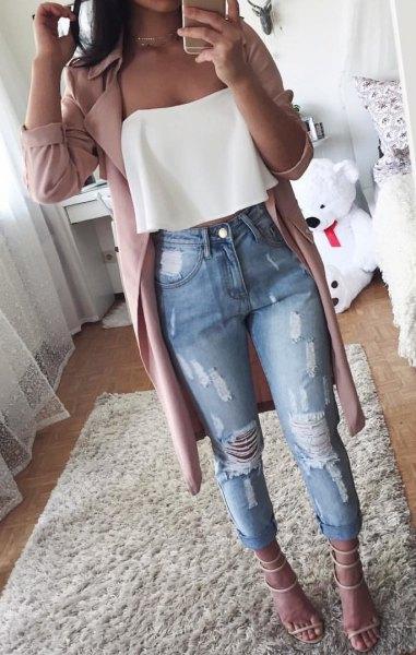 vit axelbandslös blus med grå trenchcoat och rippade jeans