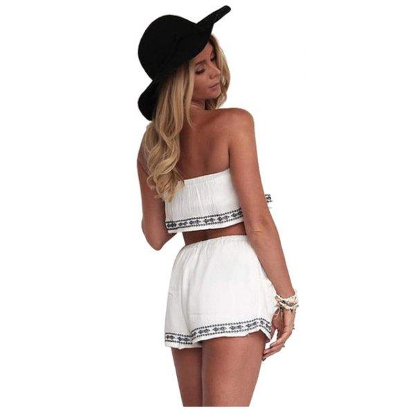 vit axelbandslös crop top med mini-shorts i tribal stil