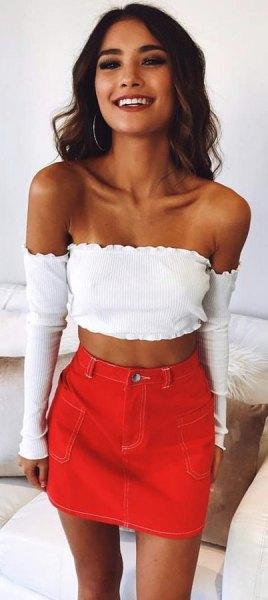 vit långärmad axelbandslös kort blus med orange minikjol