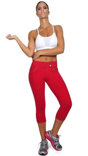 vit kort linne med röda träningsbyxor