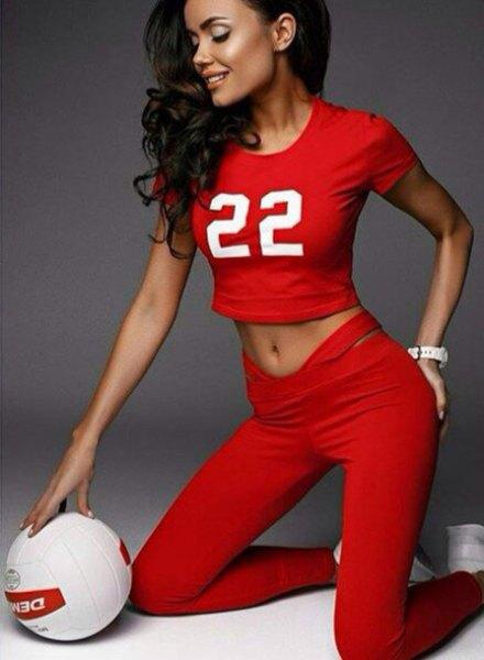 röd grafisk kort t-shirt med tränings leggings och vita sneakers