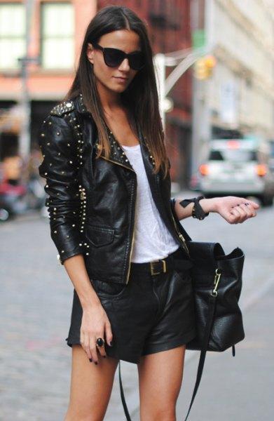 svart slim fit jacka med nitar och mini shorts med bälte