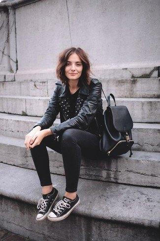 svart läderjacka med nitad krage, smala jeans och låg topp