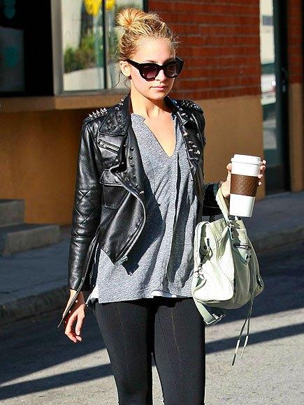 svart skinnjacka med nitar, grå V-ringad t-shirt och leggings