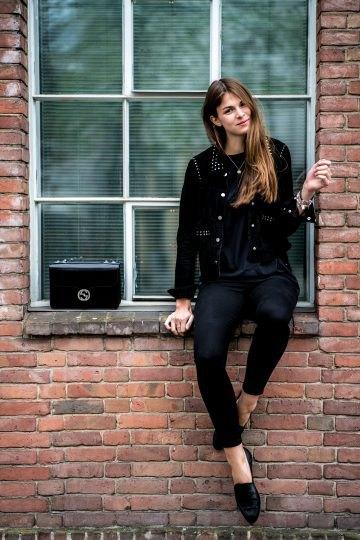 svart bikerjacka med nitar, smala jeans och läderskor