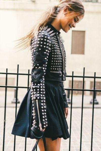 svart skinnjacka med nitar och minirater kjol