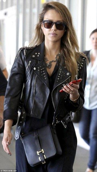 inredd och kort skinnjacka med svart knälång skjortklänning