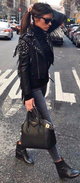 Läderjacka med tröja i mock-hals och grå skinny jeans